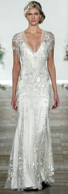 Muy femenino este vestido de novia y el tocado le dan el toque romántico final.