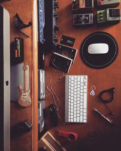 Que Deus abençoe essa mesa bagunçada. hehe!! Bom dia cheio de energias boas. #musiclife #goodvibes #caesarbarbosa #workstation #homestudio #office