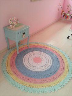 Lindo tapete de croche nas cores candy colors  Pode ser feito nas cores de sua decoração!  Medida 1,50 de diametro.  Outras medidas consultar valor    Tapete Candy Colors Baby Carolina
