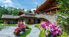 Au Coeur Des Neiges Courmayeur Au Coeur Des Neiges is in Courmayeur, a 2-minute walk from the ski lift to Plan Checrouit and a 10-minute walk from the centre. It offers a free wellness centre and spacious accommodation with warm Alpine-style furnishings.