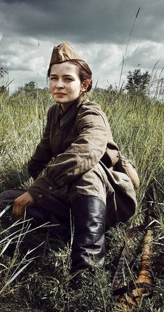 Yulia Peresild playing Lyudmila Pavlichenko in the movie Battle for Sevastopol. The real Pavlichenko was a famous female Russian sniper in WWII. Military Women, Military History, Female Soldier, Red Army, History Photos, Women In History, World War Two, Wwii, Images