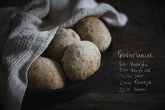Ett litet tips till er som är sugna på färskt bröd på morgonen, men inte orkar gå upp kl 05.00 och hålla på med jäst och jäsning. Goda små bullar som går superfort att göra, du har färskt bröd på 2…