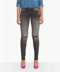Extra-schmale Silhouette, die toll das Bein betont: Die junge » Levis® Modern Demi Curve Skinny« zeigt Kontur und ihre Trägerin von ihrer aufregend besten Seite. Dafür sorgen der Baumwoll-Mix mit elastischen Fasern und die perfekte Demi Curve-Passform für Frauen mit normaler Hüftlinie. Nicht zu vergessen natürlich auch der modifizierte 5-Pocket-Style, die normal geschnittene Leibhöhe und die nu...