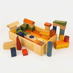 Große Bauklötze aus massivem Holz (Buche, Linde), behandelt mit natürlichen Farbpigmenten, Bienenwachs und Pflanzenöl in Holzbox (2 Lagen) Wow... der erste Gedanke, als wir diese wunderschönen Bauklötze zum ersten Mal in natura sahen war unbeschreiblich. Solche Farben auf Holz hatten wir bis dato noch nicht gesehen. Dazu kommt eine sensible und feine Bearbeitung mit viel Liebe für die Details. Die großen, massiven Bauklötze stammen aus zertifiziert nachhaltiger Forstwirtschaft und…