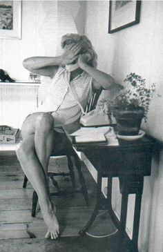 Hello and Welcome to the Marilyn Monroe Fan Site. Take a peek through the fine collection of Marilyn Monroe videos, photographs and gifs. Estilo Marilyn Monroe, Marilyn Monroe Fotos, Marilyn Monroe Style, Hollywood Glamour, Classic Hollywood, Old Hollywood, Hollywood Stars, Hollywood Homes, Norma Jeane