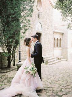 Credit: Chymo & More Photography - huwelijk (ritueel), bruid, bruidegom, huwelijk (burgerlijke staat), vrouw, liefde, romance (relatie), jurk, mode, hoofddeksel, buitenshuis, bruids, bloem (plant), volk, betrokkenheid, meisje, jong, Leuk koppel, Real Wedding