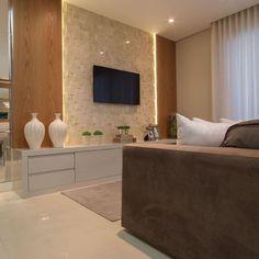 sala - sofá marrom, painel com iluminação