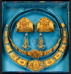 A set of gold jewellry, China 19th century.    18k gold. 2 bracelets, pair of earrings, necklace and tiara. Total weight app. 200 g. In original box.
