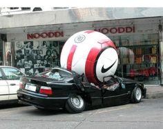 Nike Outdoor Advertising - beetje over de top ;-) overdreven grote bal.