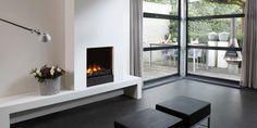 Een ingebouwd elektrisch vuur uit de Optimyst serie, met een plateau en ombouw van Faber    Tibas haarden & kachels Gouda