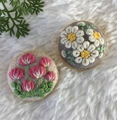 ご注文品 刺繍ブローチ2.5 2点 Diy Embroidery Patterns, Embroidery Neck Designs, Creative Embroidery, Simple Embroidery, Hand Embroidery Stitches, Embroidery Jewelry, Penny Rug Patterns, Crochet Hair Accessories, Cloth Flowers