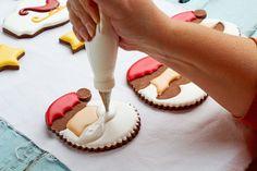 Fácil Galletas de Navidad para Santa - galletas de azúcar decoradas con Royal Icing- simple corte las galletas para hacer de Santa con thebearfootbaker.com