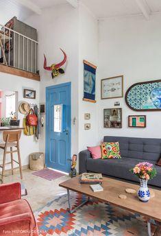 Sala de estar com mezanino tem porta pintada de azul, parede de quadros e almofadas coloridas. Diy Home Decor Rustic, Retro Home Decor, Interior Design Living Room, Living Room Decor, Bedroom Decor, Room Interior, Colorful Apartment, Colorful Living Rooms, Deco Retro