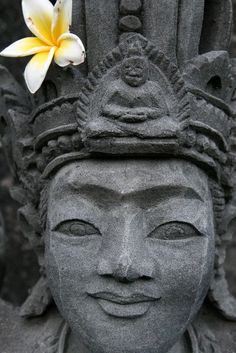 Statue and flower at Buddhist temple Brahma Vihara Arama (Bali. Indonesia) | Statue et fleur au temple bouddhique Brahma Vihara Arama (Bali. Indonésie) | Estatua y flor en el templo budista de Brahma Vihara Arama (Bali. Indonesia)