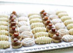 Verschillende koekjes maken met één koekjesdeeg? Dat is gewoon mogelijk! Dit doe je door het deeg te verdelen in een aantal porties. Aan elk stuk deeg voeg je de gewenste ingrediënt toe om de verschil… Dutch Recipes, Easy Cookie Recipes, Sweet Recipes, Dessert Recipes, No Bake Cookies, Cake Cookies, Morrocan Food, Thermomix Desserts, Ramadan Recipes