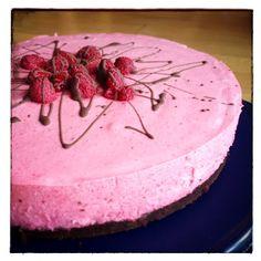 Browniesbunn med bringebærmousse. Laget av krem, philadelfia, bringebær og bringebærgele. Berry Cake, Pudding Desserts, Mousse Cake, Yummy Cakes, Brownies, Tapas, Nom Nom, Delish, Recipies