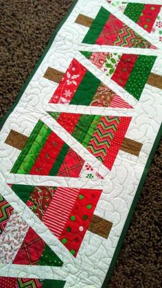 New free motion quilting machine table runners Ideas Xmas Table Runners, Quilted Table Runners Christmas, Christmas Tree On Table, Patchwork Table Runner, Christmas Patchwork, Christmas Placemats, Christmas Runner, Table Runner And Placemats, Christmas Sewing