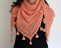 Patrón de chal TARDES con TERESA de crochet. Chal triangular con mini-borlas de 1,70 m x 0,70 m. Tutorial en PDF. Crochet Top, Shawl, Mini, Tops, Women, Fashion, Yarns, Tejidos, Collar Pattern