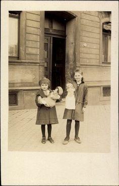 Foto Ak Ansicht von zwei Mädchen mit Puppen in der Hand