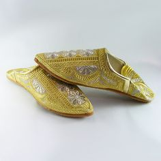 Wonderful slipper women (shoe) Moroccan/oriental style with embroidery in gold thread.  Very comfortable for dancing and the market.  Slipper to wear for your wedding, night of henna, ceremonies orientales, evenings with friends...  Available sizes: 36, 37, 38, 39, 40, 41.   Please see store policies and do not hesitate to contact us for all questions.  Continue shopping at LesCaftansMarocains: https://www.etsy.com/fr/shop/LesCaftansMarocains