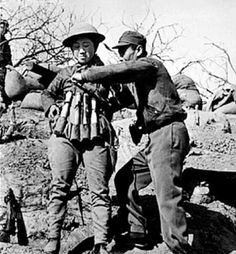 A Chinese soldier prepares a suicide bomber with an explosive vest made out hand grenades for an attack on Japanese tanks at the Battle of Taierzhuang in China in Ponte Golden Gate, Golden Gate Bridge, World Trade Center, Titanic, World History Facts, Princesa Elizabeth, Foto Madrid, Historical Pictures, Vietnam War
