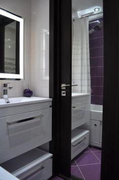 Раковина для ванной, тумба для ванной подвесная, зеркало с подсветкой в ванную, сиреневый пол в ванной, дверь в ванную