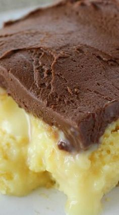 Boston Cream Pie Poke Cake ~ Major crowd-pleasing cake filled with vanilla pudding and sweetened condensed milk and topped with a homemade chocolate frosting! Poke Cakes, Poke Cake Recipes, Cupcake Cakes, Dessert Recipes, Egg Cupcakes, Layer Cakes, Cupcakes Boston, Bundt Cakes, Easy Desserts