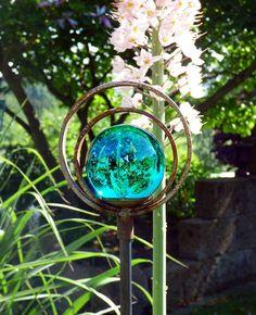 Strahlende Glaskugel auf einem Dekostab mit Doppelring - Gärten für Auge & Seele