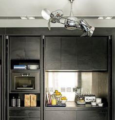 Da Dell Anno, os armários têm portas que se recolhem totalmente nas laterais, dando ao morador a opção de mostrar ou esconder os utensílios.