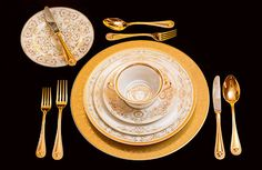 White and gold combined together to create a superb table set: this is the new Medusa Gala tableware collection #Versace #VersaceHome #MedusaGala