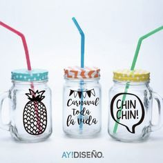 ¡Mirá nuestro nuevo producto Vinilos Vasos! Si te gusta podés ayudarnos pinéandolo en alguno de tus tableros :) Bottles And Jars, Mason Jars, Water Bottles, Natural Makeup Remover, Ideas Para Fiestas, Posca, Decorated Jars, Cafe Bar, Diy Party Decorations