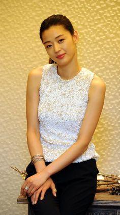 Jun Ji Hyun - for cute monochrome look World Most Beautiful Woman, Beautiful Asian Girls, Korean Beauty, Asian Beauty, Korean Celebrities, Celebs, Jun Ji Hyun Fashion, Uniqlo, My Sassy Girl