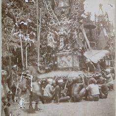 Lijkbaar omringd door mensen, Bali, anonymous, 1910 - Rijksmuseum