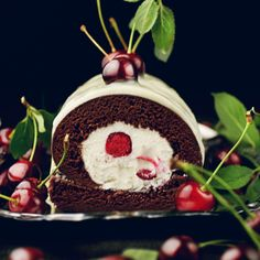 Lodowa rolada czarny las Christmas Ornaments, Holiday Decor, Cake, Desserts, Food, Tailgate Desserts, Deserts, Christmas Jewelry, Kuchen