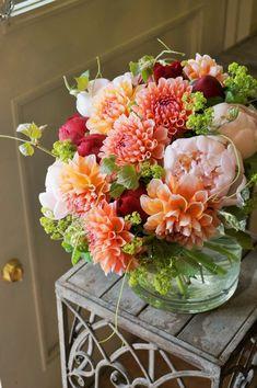 Dahlia and peony bouquet. Deco Floral, Arte Floral, Beautiful Flower Arrangements, Floral Arrangements, Summer Flower Arrangements, Peony Arrangement, Fresh Flowers, Beautiful Flowers, Tropical Flowers