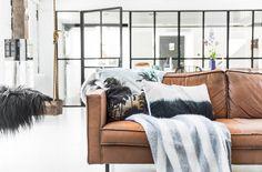 Cognackleurige leren bank met zacht deken - bekijk en koop de producten van dit beeld op shopinstijl.nl