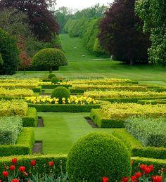 A magnífica entrada de Wimpole, um jardim para ver, cuidar e amar.Wimpole é uma casa de campo na freguesia de Wimpole, Cambridgshire, Inglaterra, Reino Unido.