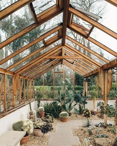 Get inspired ideas for your greenhouse. Build a cold-frame greenhouse. A cold-frame greenhouse is small but effective. Greenhouse Shed, Small Greenhouse, Greenhouse Gardening, Greenhouse Wedding, Portable Greenhouse, Pallet Greenhouse, Window Greenhouse, Outdoor Greenhouse, Dream Garden
