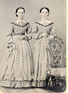 42 Incredible Photos That Show Sisters in Matching Dresses From the Victorian Era Vintage Pictures, Old Pictures, Vintage Images, Old Photos, Antique Photos, Vintage Items, Vintage Twins, Vintage Ladies, Historical Clothing