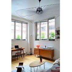 O lustre sendo a estrela do cômodo! Todo este apartamento em Paris foi decorado por seus donos e inspirado em um estilo entre escandinavo e anos 50. Design: Amandine & Amaury | Lustre: La Petite Friture | Via: @apartmenttherapy #loft #appartement #homedecor #homestyle #scandinavian #scandinaviandesign #50s #livingroom #livingroomdecor #lamp #lamps #interiordesign #appartementtherapy #retro #vintage #lighting #saladecorada #saladeestar #lustre #luzes #branco #decorideas #lapetitefriture by…