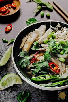 What is Pho you ask? Learn about this amazing dish, the origin, what it's made of, how to pronounce Pho, and how to eat it like a pro. Menus Healthy, Healthy Snacks, Healthy Eating, Healthy Recipes, Nutritious Meals, Diet Recipes, How To Eat Pho, Plat Vegan, Dinner Ideas