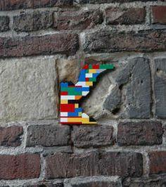 On doit ce travail artistique baptisé Dispatchwork à l'artiste allemand Jan Vormann qui, à travers un projet original, entreprend de réparer les murs... avec des Lego