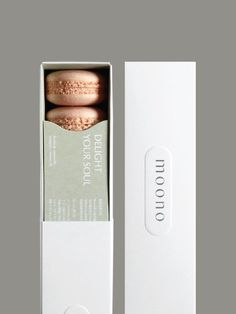 A beautiful modern and feminine food packaging that is pretty and elegant. Macaron Packaging, Baking Packaging, Dessert Packaging, Cookie Packaging, Chocolate Packaging, Food Packaging Design, Packaging Design Inspiration, Brand Packaging, Branding Design