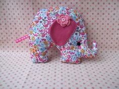 Elefante em feltro estampado com enchimento de manta acrilica,flor de croche, com rabinho delicado de fita gorgurão...este tem 20x20cm de altura