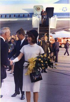 October 1963 Where: Arriving in San Antonio, Texas. Jackie Kennedy Pink Suit, John Kennedy Jr., Caroline Kennedy, Us Air Force, Jeans Und Sneakers, Jacky, First Ladies, Denim Look, Casual Fall