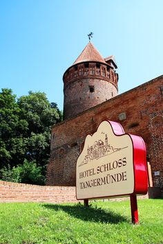 am Tor zum Schloss Tangermünde