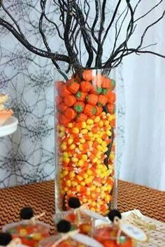 ★ Halloween : centerpiece (fill vase with candy  (for plants that need water, set them in a thinner vase in the middle of the big vase and fill the space between with candy)