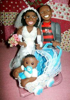 Topo de casamento em biscuit noivos com bebê no carrinho noivo com camisa do flamengo #TopoDeBolo #Biscuit #Topper #Personalizado #PorcelanaFria #Family #Noivos #CoisasDeLaurinha