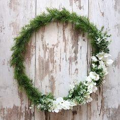 Delikatny, spleciony z zielonych gałązek wianek będzie stanowił przepiękną dekorację weselnej sali! #kolekcjaslubne #slub #wesele #dekoracjeslubne #podziekowaniadlagosci #botanica Grapevine Wreath, Grape Vines, Greenery, Wreaths, Floor, Pavement, Door Wreaths, Vineyard Vines, Boden