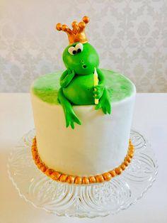 Eva hat uns Ihre neuste Kreation geschickt. Es ist ein Biskuit, gefüllt mit Banenenstücken und Karamellcreme und mit einer italienischer Buttercreme eingestrichen. Hört sich lecker an! :P   Der Frosch sitzt auf einer grünen Wiese, die mit Airbrush gefärbt wurde.   #froschtorte #pativersand #airbrush #biskuit #buttercreme #frosch #modellieren #grün #kundenbilder #karamellcreme    http://www.pati-versand.de/torten-und-kuchen/airbrush/